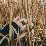 Akitsune Bague Iustitia - Anneau de conception pour les femmes et les hommes en acier inoxydable - minimaliste - Mat Noir Or de la marque Akitsune image 5 produit