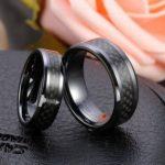 JewelryWe Bijoux 2 Pièces Bague Homme Femme Fibre de Carbone Céramique Couples Anneaux Fantaisie Avec Sac Cadeau(Email tailles) de la marque JewelryWe image 1 produit